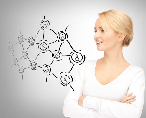 Frau die das virtuelle Netzwerk der Empfehlungsakademie anschaut